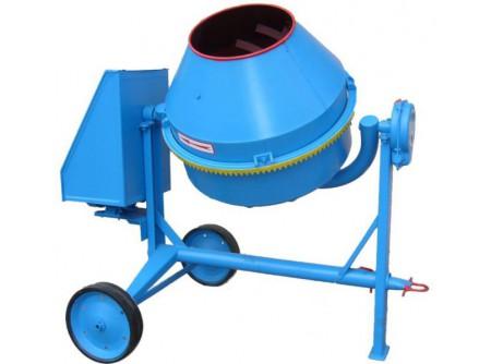 14-BWA260-230V - Betonkeverő AGRO-WIKT BWA260 (260/150 liter) 230V -    AGRO-WIKT BWA 260 BETONKEVERŐ      Termékelőnyök:   Erősített vázkivitel (BWA) 160 literes teljes dobtérfogat 150 literes keverési kapacitás Masszív kivitel, erős váz Egyszerűen kezelhető A dob mindkét irányba kifordítható, és fokozatmentesen tetszőleges helyzetben rögzíthető     Nagy átmérőjű, stabil kerekek Öntöttvas fogaskoszorú a dobon 230V / 50Hz,erőselektromos motor A betonkeverők lapátjainak optimális elhelyezkedése biztosítja az összetevők gyors és egyenletes keveredését.       Betonkeverőinket összeszerelt állapotban, használatra készen szállítjuk. Szállításkor ajánlatosa keverődobot 90°-ban megdönteni,függőleges helyzetbe állítani a fogaskoszorút, hogy minimalizáljuk annaksérülésilehetőségét. Első használat előtt ellenőrizni kell a hálózati kábel megfelelő kivezetését.A hálózati kábelta szállítási sérülések megelőzése érdekében gyárilag a motorházban összekötegelik. Akábelköteg hozzáérhet az ékszíjhoz és a gép azonnali beindítása esetén megsérülhet.    Betonkeverő szállítási díjak:   BWJ 130 (78 kg): 7500 Ft+ÁFA/db BWJ 160 (94kg): 8500 Ft+ÁFA/db BWA 160 (120kg): 10500 Ft+ÁFA/db BWA 260 (200 kg): 18500 Ft+ÁFA/db BWA 320 (240 kg): 22500 Ft+ÁFA/db    Első használat előtt ellenőrizni kell a hálózati kábel megfelelő kivezetését.A hálózati kábelta szállítási sérülések megelőzése érdekében gyárilag a motorházban összekötegelik. Akábelköteg hozzáérhet az ékszíjhoz és a gép azonnali beindítása esetén megsérülhet. A fogaskoszorú, a fogaskerék kopása mértékében beállításra szorul. Az első használat előtt is ellenőrizni szükséges a fogak fedését. Fogaskoszorút a dobhoz rögzítő 4db csavar fellazítása után tudja beállítani.  A betonkeverők dobjának belsejében kisebb felületi rozsda, illetve a betonkeverők nagy terjedelme és súlya miatt szállítás közben felületi karcolás, vagy festékleverődés előfordulhat.Kérjük, hogy csak akkor rendelje meg a betonkeverőt, ha ezekÖnt nem zavarják az átvételben!     