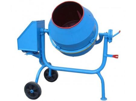 14-BWJ130 - Betonkeverő AGRO-WIKT BWJ130 (130/80 liter) 230V -  AGRO-WIKT BWJ 130 BETONKEVERŐ      Termékelőnyök:   Könnyített vázkivitel (BWJ) 130 literes teljes dobtérfogat 80 literes keverési kapacitás Masszív kivitel, erős váz Egyszerűen kezelhető A dob mindkét irányba kifordítható, és fokozatmentesen tetszőleges helyzetben rögzíthető     Nagy átmérőjű, stabil kerekek Öntöttvas fogaskoszorú a dobon 230V / 50Hz,erőselektromos motor A betonkeverők lapátjainak optimális elhelyezkedése biztosítja az összetevők gyors és egyenletes keveredését.       Betonkeverőinket összeszerelt állapotban, használatra készen szállítjuk. Szállításkor ajánlatosa keverődobot 90°-ban megdönteni,függőleges helyzetbe állítani a fogaskoszorút, hogy minimalizáljuk annaksérülésilehetőségét. Első használat előtt ellenőrizni kell a hálózati kábel megfelelő kivezetését.A hálózati kábelta szállítási sérülések megelőzése érdekében gyárilag a motorházban összekötegelik. Akábelköteg hozzáérhet az ékszíjhoz és a gép azonnali beindítása esetén megsérülhet.     Betonkeverő szállítási díjak:   BWJ 130 (78 kg): 7500 Ft+ÁFA/db BWJ 160 (94kg): 8500 Ft+ÁFA/db BWA 160 (120kg): 10500 Ft+ÁFA/db BWA 260 (200 kg): 18500 Ft+ÁFA/db BWA 320 (240 kg): 22500 Ft+ÁFA/db   Első használat előtt ellenőrizni kell a hálózati kábel megfelelő kivezetését.A hálózati kábelta szállítási sérülések megelőzése érdekében gyárilag a motorházban összekötegelik. Akábelköteg hozzáérhet az ékszíjhoz és a gép azonnali beindítása esetén megsérülhet. A fogaskoszorú, a fogaskerék kopása mértékében beállításra szorul. Az első használat előtt is ellenőrizni szükséges a fogak fedését. Fogaskoszorút a dobhoz rögzítő 4db csavar fellazítása után tudja beállítani.  A betonkeverők dobjának belsejében kisebb felületi rozsda, illetve a betonkeverők nagy terjedelme és súlya miatt szállítás közben felületi karcolás, vagy festékleverődés előfordulhat.Kérjük, hogy csak akkor rendelje meg a betonkeverőt, ha ezek Önt nem zavarják az átvételben!            
