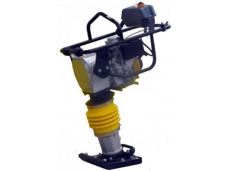 20-CV70H-R - Döngölőgép AGT CV70H-R (HONDA GXR120) -    Az AGT döngölőelőnyei:    ● Eredeti HONDA GXR120 motor  ● Körbefutó védőkeret a sérülések kivédésére  ● Vibrációcsökkentő motortartók  ● Alacsony súlypont, könnyű, biztonságos kezelés  ● Többlépcsős benzinszűrő  ● Kényelmes gázkar a könnyű kezelésért, acélházas bovden  ● Teljesen zárt, folyamatos kenésű olajrendszer, napi zsírozása nem szükséges  ● Egyszerű, pontos olajszint ellenőrzés  ● Súly 70kg                Szállítási kód  15    Motor  HONDA GXR120    Motor teljesítmény (LE/kW)  3,7 / 2,7    Hengerûrtartalom (cm3)  98    Üzemanyag  benzin    Tank (liter)  2,8    Talp mérete (mm)  330×290    Ütőerő (kN)  10,5    Ütésszám (1/perc)  650-690    Súly (kg)  70    Csomagolás  egyedi raklap    VTSZ  8430.6100