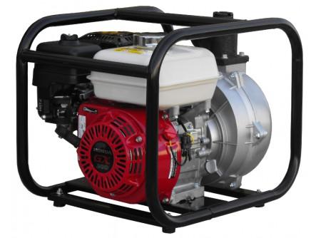 """20-WHP20HX/2 - #Magasnyomású szivattyú AGT WHP20HX/2 KIFUTÓ! - AGT WHP20HX/2 magasnyomású vízszivattyú      Csőcsatlakozó Ø  2''    Emelési magasság max. (m)  80    Felszívási mélység max. (m)  7    Szállítási kapacitás max. (l/min)  300    Motor  HONDA GX200    Tank (liter)  3,6    Teljesítmény (LE)  6,5 LE    Nettó teljesítmény SAE J1349  5,5 LE (4.1 kW)    Indítás  berántós    Üzemanyag  benzin    Méretek (mm)  490x410x420    Súly (kg)  29    VTSZ  8413    Csomagolás  papírdoboz        tiszta vízhez 4 mm szemcseméretig kompakt modellek, robosztus fém kerettel szórófejes öntözéshez, tűzoltáshoz, víz szállításra nagy távolságokon     Tulajdonságok:  Motor: Honda GX200 (6,5 LE)  ⦰ csőcsatlakozó: 2''  Emelési magasság max.: 80 m  Szállítási kapacitás max.: 300 l/perc  Szemcseméret max.: 4mm    Tartozékok:    szívókosár - 1db   2"""" csőcsatlakozó belső menettel - 2db   szorítóbilincs - 3db            Öntözési, illetve vízátemelési feladatokra, a munkagödrök víztelenítésére és egyéb vízszállítási feladatokra kiválóan alkalmasak az AGT WHP Honda motoros magasnyomású vízszivattyúk.    Elsősorban mezőgazdasági és kertészeti ágazatban, vagy tűzoltáshoz használatosak, persze számos más területen is.  pl.: mezőgazdasági területek szórófejes öntözése, halastavak vízpótlása és felszíni vízátemelés, tűzoltáshoz, víz szállításra nagy távolságokon, stb."""