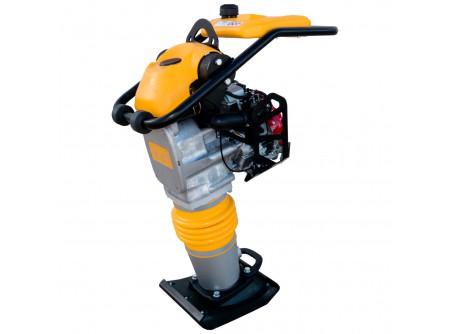 51-PH70E - Döngölőgép ENAR PH70E - ENAR PH70E DÖNGÖLŐGÉP  4 ütemű benzin- vagy dízelmotorral. Könnyű és kopásálló talp az optimális talajtömörítés érdekében. Könnyedén használható gázkar,ütés elleni védelemmel. Robusztus és ergonomikus fogantyú beépített kerekekkel a könnyű mozgatás érdekében. Különleges hőkezeléssel készült alumínium szerkezeti elemek. Speciális motor védelem. A frekvencia, a rendkívüli ütőerő és a nagytalpszélesség, lehetővé teszikülönböző típusú talajoktömörítését. Különösen ajánlottcsatornák, és egyébkeskeny munkaterületeken való munkákhoz.  Háromszintes légszűrő (3S): • Az 1S megszűri anehezebbporszemcséket. • A 2S megállítja a nagyobb szemcséket. • A 3S pediga kisebb és finomabb szemcsék megszűrésével fejezi be a szűrési folyamatot.  Opcionálisan rendelhető: - Fordulatszámmérő, üzemóra számlálóval. - Légszűrő telítettségérzékelő, amely lehetővé teszi az optimális karbantartást, ami jelentősen növeli a motor élettartamát.       Motor típusa: HONDA GX120RT   Motor teljesítménye: 4 LE   Talpméret (h*sz): 332 x 280 cm   Ütőerő: 1540 kg   Tömörítési erő: 15 kN   Ütésszám: 650 (1/perc)   Ugrási magasság: 70 mm   Tömörítési teljesítmény: 210 m2   Méretek (h*sz*m): 770 x 398 x 1038 mm   Nettó súly (üzemanyag nélkül): 73 kg