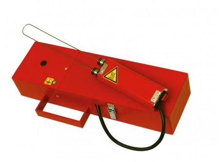 64-730252 - Kézi polisztirolvágó EUROKOMAX HC-22 Handycut -  HC-22 kézi polisztirolvágó    Vágási vastagság21cm Üzemidő: folyamatos    Kézi polisztirolvágó(hungarocell, nikecell vágók) hatékony megoldást nyújtanak a hőszigetelő táblák megmunkálásában.  Gyors, pontos, tiszta vágás végezhető velük, nagy méretű lapok megmunkálása során is! Íves vágásra is alkalmasak.  Könnyű szállíthatóságuk és egyszerű használatuk miatt hatékony és olcsó segédeszközök.    Handycut kézi polisztirolvágó előnyei:   bárhol, sokrétűen használható könnyű súlyú (csak 160 g) kézi egység, ami precíz munkavégzést tesz lehetővé így bármilyen alakzat kivágható vele folyamatos munkavégzés fémdobozban,mely védi a készüléket a tárolás során és megkönnyíti a szállítást     Bruttó súly:2,3kg   (gép: 2,1kg + csomagolás: 0,2kg)  /a kézi egység súlya 160g/            Szállítási kód  20    Feszültség (V)  230/50Hz    Teljesítmény (W)  96    Vágási vastagság (cm)  21    Javasolt üzemidő  folyamatos    Vágási hőmérséklet (˚C)  370˚C - 420˚C    Súly (kg)  2,3    Méret h×sz×m (cm)  35×15×10    Leszállított tartozékok  vágóhuzal + fémdobozban    Opció (rendelhető)  vágóhuzal    VTSZ  8515    Csomagolás  fémdoboz