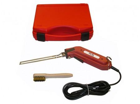 64-944827 - Kézi polisztirolvágó EUROKOMAX Minicut 140mm műanyag kofferben -    Kézi polisztirolvágó EUROKOMAX Minicut 140mm      Egykezes kézi polisztirolvágó (hungarocell, nikecell vágó) hatékony megoldást nyújt a hőszigetelő táblák megmunkálásában.  Gyors, pontos, tiszta vágás végezhető vele, közepes méretű lapok megmunkálása során is!  Íves vágásra is alkalmasak.    Könnyű szállíthatóságuk és egyszerű használatuk miatt hatékony segédeszközök.  Vágási vastagság max. 14cm    6-8 másodperc alatt felmelegszik a vágópenge és vágásra kész    Javasolt üzemidő: 12 sec. be / 48 sec. ki    FONTOS!! - szakaszos működtetés, engedje hogy a penge lehűljön működés közben.  12 másodperc fűtés, illetve munkavégzést követően a szerszámnak hűlnie kell 48 másodpercig.    EUROKOMAX Minicut Kézi polisztirolvágó előnyei:  - bárhol, sokrétűen használható (230V)  - könnyű súly 1025g, ami precíz munkavégzést tesz lehetővé így bármilyen alakzat kivágható vele  - vágókés jellemzői: erős, merev (nem hajlik el könnyen), hosszú élettartam    Műszaki adatok:  Üzemi feszültség 230V~ 50-60 Hz  Teljesítmény 110W  Szakaszos működés 12s / 48s (¼ perc)  Súly 1025g    Leszállított tartozékok:  - vágókés 140mm  - tisztító kefe (vágókéshez)  - hordtáska    Rendelhető tartozékok:  Kés C-140 EUROKOMAX Minicut kézi polisztirolvágóhoz 140mm - 948996  Kés CN-26 EUROKOMAX Minicut kézi polisztirolvágóhoz - 946895  Kés C-100 EUROKOMAX Minicut kézi polisztirolvágóhoz -947852            Szállítási kód  20