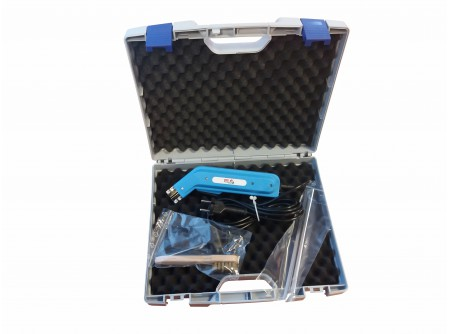 64-MAXICUT230 - Kézi polisztirolvágó EUROKOMAX Maxicut 230mm, műanyag kofferben - Kézi polisztirolvágó EUROKOMAX Maxicut230mm     Egykezes kézi polisztirolvágó (hungarocell, nikecell vágó) hatékony megoldást nyújt a hőszigetelő táblák megmunkálásában.  Gyors, pontos, tiszta vágás végezhető vele, közepes méretű lapok megmunkálása során is!  Íves vágásra is alkalmasak.    Könnyű szállíthatóságuk és egyszerű használatuk miatt hatékony segédeszközök.  Vágási vastagság max. 23 cm    8-10 másodperc alatt felmelegszik a vágópenge és vágásra kész    Javasolt üzemidő: 12 sec. be / 48 sec. ki    FONTOS!! - szakaszos működtetés, engedje hogy a penge lehűljön működés közben.  12 másodperc fűtés, illetve munkavégzést követően a szerszámnak hűlnie kell 48 másodpercig.    EUROKOMAX Minicut Kézi polisztirolvágó előnyei:  - bárhol, sokrétűen használható (230V)  - könnyű súly 0,6 kg, ami precíz munkavégzést tesz lehetővé így bármilyen alakzat kivágható vele  - vágókés jellemzői: erős, merev (nem hajlik el könnyen), hosszú élettartam    Műszaki adatok:  Üzemi feszültség: 230V~ 50Hz  Teljesítmény: 230W  Szakaszos működés: 12s / 48s (¼ perc)  Súly: 0,6 kg (hordtáskával: 1,5 kg)    Leszállított tartozékok:  - vágókések (200mm és230mm)  - tisztító kefe (vágókéshez)  - hordtáska  - imbuszkulcs    Rendelhető tartozékok:  Kés EUROKOMAX Maxicut 230 polisztirolvágóhoz (200mm) - KES200  Kés EUROKOMAX Maxicut 230 polisztirolvágóhoz (230mm) - KES230  Kés C-140 EUROKOMAX Minicut és Maxicutkézi polisztirolvágóhoz 140mm - 948996  Kés CN-26 EUROKOMAX Minicut és Maxicut kézi polisztirolvágóhoz - 946895  Kés C-100 EUROKOMAX Minicut és Maxicutkézi polisztirolvágóhoz -947852  Kés CR-20 EUROKOMAX Minicut és Maxicut kézipolisztirolvágóhoz - 946896            Szállítási kód  20