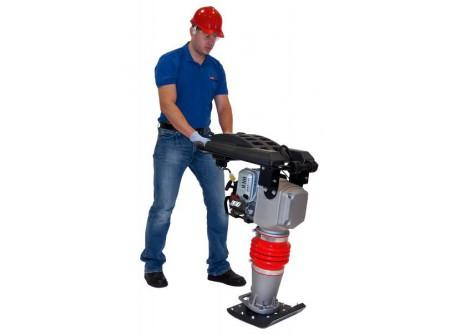 74-S68 - Döngölőgép SAMAC S68 -    A SAMACdöngölőelőnyei:      EredetiHONDA GX120 motor Körbefutóvédőkereta sérülések kivédésére Modern kivitel,dinamikus zajcsökkentőrendszer Vibrációcsökkentőmotortartók Alacsony súlypont, könnyű, biztonságos kezelés Többlépcsős benzinszűrő Kényelmes gázkara könnyű kezelésért, acélházas bovden Kis karbantartási igény Teljesen zárt,folyamatos kenésű olajrendszer, napi zsírozása nem szükséges Egyszerű, pontos olajszint ellenőrzés Görgőa könnyebb mozgatásért  Súly 72kg            Szállítási kód  15    Motor  HONDA GX120    Motor teljesítmény (LE/kW)  4,0 / 3,0    Hengerûrtartalom (cm3)  120    Üzemanyag  benzin    Talp mérete (mm)  280×330    Ütőerő (kN)  14    Ütésszám (1/perc)  450-650    Súly (kg)  72    Méretek (mm)  880×575×705    Csomagolás  papírdoboz    VTSZ  8430.6100