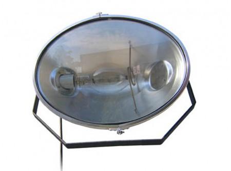 75-BT1000 - Lámpa BETONTROWEL BT1000 OVAL - BETONTROWEL BT1000 OVAL LÁMPA   Az1000 wattos fémhalogén lámpa, 110.000 lumen fényerőt biztosít A fémhalogén izzó élettartama 10.000 üzemóra Ütésálló és IP67-es vízálló burkolattal rendelkezik A lámpákat sorosan lehet összekapcsolni a nagy munkaterület megvilágosításához Három lábú állványra vagy balasztdobozra is felszerelhető, de akár falra szerelve is üzemeltethető A ballaszt 230V-os vagy 115V-os teljesítményen üzemeltethető A lámpához 10m tápkábel tartozik