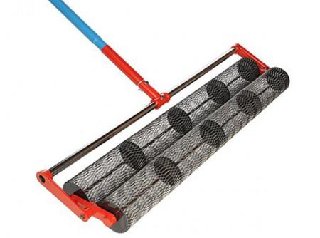 75-BT36RTC - Érdesítő henger BETONTROWEL 90cm (3x1,8m nyéllel) -  A friss betonfelület érdesítésére, texturált felület készítésére  90 cm henger szélesség  Hosszabbítható nyél 3×1,8m           Szállítási kód  15    Hengerméret (cm)  90    Toldható nyélhossz (m)  1,8    Nyél (db)  3    Súly (kg)  14,2    VTSZ  8479.1000