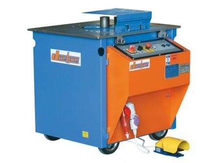 77-DO000715 - Betonvashajlító gép DURHER D30 400V - Betonvashajlító gép DURHER D30 (400V)    Pontosan és egyszerűen dolgozhat a nagy hatékonyság mellett a DURHER betonvashajlító gépek segítségével. A DURHER D30 betonvashajlító gép Ø12-28mm átmérőig képesbetonvasak hajlítására (egyszerre akár 4db Ø12mm átmérőjű betonvasat is képes hajlítani). A beállításhoz, hajlításhoz használt stiftek és kiegészítők edzett acélból készülnek a magas élettartam érdekében. A gépek kezelése könnyen elsajátítható.    Jellemzők:   Masszív, strapabíró acél szerkezet Tetszőleges hajlítási irány:   A kétirányba (jobb-bal) mozgó hajlítótányérnak köszönhetően szinte minden típusú hajlítás elvégezhető, anélkül hogy a betonvasat különösen mozgatnunk kellene. A hajlítás mértékét, illetve a hajlítási szöget egyszerűen lehet módosítani azáltal, hogy a stiftet a kívánt hajlítandó szögnek megfelelő furatba helyezzük. A hajlítótányér a stift helyzetének megfelelő mértékben elfordul, majd visszatér alapállásba.     Gyors, pontos és egyszerű munkavégzés Nagy pontosságú szögbeállítás Kis befektetés - nagy hatékonyság! Több beépített biztonsági rendszer Egyszerű működtetés Edzett acélból készült, hajlításhoz használt stiftek és kiegészítők a hosszú élettartam érdekében Kengyel- és spirálhajlításilehetőség(rendelhető tartozékok)    Műszaki adatok:      Típus   D30     Motor   elektromos 400V  ~3 háromfázisú (5 pólus)     Motor teljesítmény (kW)   1,5     Feszültség - Frekvencia   400V / 50Hz     Fordulatszám (1/perc)   10     Max. Ø hajlítható átmérő (mm)   65 kg / mm2  bordázott  B 500   1   ø28     2   ø22     3   ø18     80 kg / mm2  sima   1   ø26     2   ø20     3   ø16     Méret h × sz× m(cm)   85 × 85 × 90     Nettó súly (kg)   308          Tartozékok:    központi és hajlítócsapok, acélhüvelyek, betonvastámasz, vezérlőpedál, négyszögcsap         Rendelhető tarozékok:    kengyelhajlító feltét Ø12mm átmérőjű betonvasig(77-DO000704)   spirálhajlító feltétØ6mm -Ø25mmátmérőjű betonvasig   segéd munkaasz