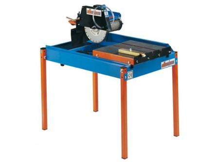 77-OR000200 - Asztali téglavágó DURHER ORDESA 230V (vágótárcsával) - Asztali téglavágó DURHER ORDESA 230V (gyémánt vágótárcsával)    Vizes téglavágó, kőzetvágó gép.  A vágótárcsa maximálisan 45º fokos szögben dönthető, jelentősen megkönnyítve speciális vágási feladatok elvégzését.  Vízszivattyúval védett rendszer, amely biztosítja a hűtést.    Könnyedén képes elvágni számoskőzetet, vagy kerámiát.  Vágható anyagok: tégla, cserép, térkő, csempe, stb.    Jellemzők:   Állítható vágási mélység 45º és 90º fokos szögben is lehet vele vágni, Ø300 vagy O350 mm átmérőjű gyémánt vágótárcsával egyaránt. A tartóoszlop két pozíció között állítható, attól függően hogy Ø300 vagy Ø350mm-es vágótárcsát használunk, így teljes mértékben kihasználhatjuk a vágási kapacitást. Behajtható lábak, egyszerű összeszerelés és szállítás. Masszív váz, és az erős motor lehetővé teszi, hogy rengeteg építőipari anyaggal megbirkózzon. Mozgótálca sima és rázkódásmentes futású (kézi előtolás) Elektromos motor 2,2kW - 230V (~1) ; ipari 3 pólusú dugalj Motor hővédelemmel ellátva Beépített vízpumpa Vízhűtés: két oldalról való ráfolyás a vágótárcsára Tartozék villáskulcs    Rendelhető tartozékok:   Gyémánt vágótárcsák    A gépet 1 darab gyémántvágó tárcsával szállítjuk, ami alkalmas általános építőipari anyagok, mint tégla, samott, beton, vasbeton vágására.  Műszaki adatok:      Típus   Ordesa M     Motor   elektromos 230V  ~1 egyfázisú (3 pólus)     Motor teljesítmény (kW)   2,2     Feszültség - Frekvencia   230V / 50Hz     Áramfelvétel(A)   14     Fordulatszám RPM   2.800     Merülő szivattyú (elektromos)   van     Elektromos motor védelem   Hőkioldó relé     Vágótárcsa méret min. Ø (mm)   300     Vágótárcsa méret max. Ø (mm)   350     Tengelyátmérő(mm)   25,4     Vágási mélység max. (mm)   80 / 105     Vágási mélység állítás (fokozatmentes)   igen     Vágási hossz max. (mm)   640     Munkaasztal méret h x sz (mm)   500 x 510     Dönthető fej szögállítás   45º és 90º     Víztartály mérete (l)   66     Mér